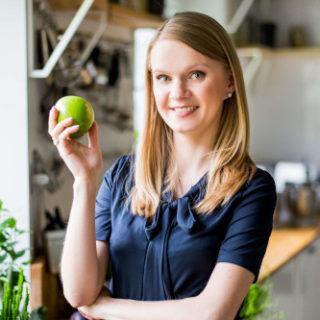 Dietetyk Medyczny mgr Małgorzata Bellwon z jabłkiem - Slim Factory Gdańsk
